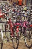 Aparcamiento de la bicicleta en la ciudad finlandesa de Jyvaskyla muchas bicicletas de diversos colores imagen de archivo libre de regalías