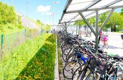 Aparcamiento de la bicicleta en la ciudad grande de Suecia en día soleado de la primavera fotografía de archivo libre de regalías