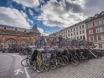 Aparcamiento de la bicicleta en dos cubiertas en el staion principal del carril de Copenhague, Dinamarca fotos de archivo