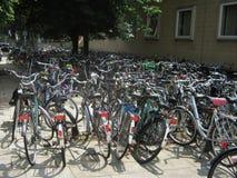 Aparcamiento de la bicicleta en Países Bajos foto de archivo libre de regalías