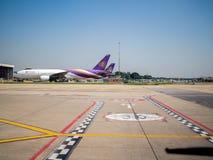 Aparcamiento del aeroplano cerca de la pista en aeropuerto foto de archivo