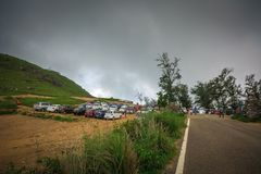 Aparcamiento del vehículo en la estación superior de las colinas de Ponmudi imagen de archivo libre de regalías