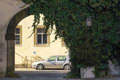 Aparcamiento detrás de una puerta arqueada Paisaje urbano foto de archivo