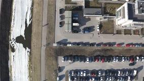Aparcamiento grande con los coches en un complejo residencial almacen de metraje de vídeo