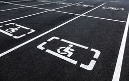 Aparcamientos con las líneas del símbolo y de la marca de la silla de ruedas Fotos de archivo