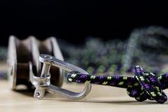 Aparejo, accesorios de la navegación Bloque y shekel de la cuerda en un de madera Fotos de archivo