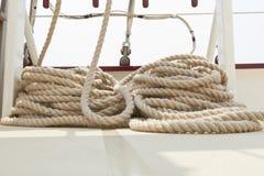 Aparejo de la cuerda en una cubierta del barco de vela. Imagen de archivo