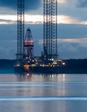 Aparejo de la exploración petrolífera en el amanecer Fotografía de archivo libre de regalías