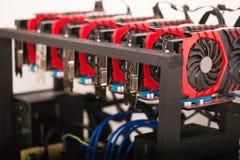 Aparejo de la explotación minera del fondo de Cryptocurrency, cierre para arriba del arsenal de GPU imagenes de archivo