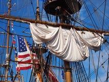 Aparejo de la nave y bandera americana Imagen de archivo libre de regalías