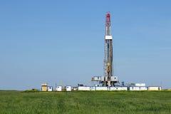 Aparejo de la perforación petrolífera de la tierra encendido Imágenes de archivo libres de regalías
