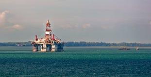 Aparejo de perforación petrolífera en el mar Imagen de archivo libre de regalías