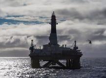 Aparejo de perforación petrolífera en el mar en el Golfo de México, industria petrolera, con el helicóptero imagen de archivo libre de regalías