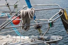 Aparejo de veleros de alta mar Accesorios de la navegación en un yate Imagen de archivo libre de regalías