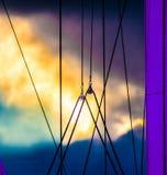Aparejo del velero en el crepúsculo Imagenes de archivo