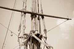 Aparejo y cuerdas del velero de madera Fotos de archivo