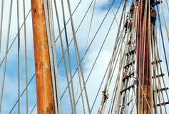 Aparejo y cuerdas en el barco de vela Fotos de archivo