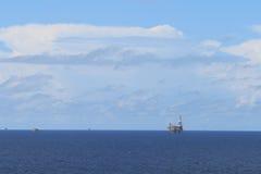 Aparejo y plataformas de la perforación petrolífera en el mar Foto de archivo libre de regalías