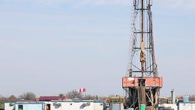 Aparejo y trabajadores de la perforación petrolífera metrajes
