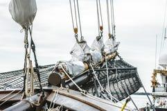 Aparejos altos de la vela de la nave Foto de archivo
