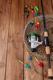 Aparejos de pesca - ca?a de pescar que pesca el flotador y se?uelos en el fondo de madera azul hermoso, espacio de la copia fotos de archivo libres de regalías