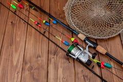 Aparejos de pesca - ca?a de pescar que pesca el flotador y se?uelos en el fondo de madera azul hermoso, espacio de la copia imágenes de archivo libres de regalías