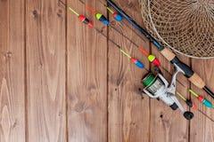 Aparejos de pesca - ca?a de pescar que pesca el flotador y se?uelos en el fondo de madera azul hermoso, espacio de la copia foto de archivo libre de regalías