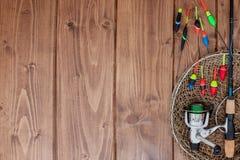 Aparejos de pesca - ca?a de pescar que pesca el flotador y se?uelos en el fondo de madera azul hermoso, espacio de la copia imagen de archivo libre de regalías