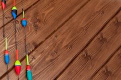 Aparejos de pesca - ca?a de pescar que pesca el flotador y se?uelos en el fondo de madera azul hermoso, espacio de la copia fotografía de archivo