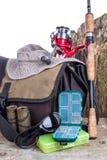 Aparejos de pesca con el bolso y el sombrero Fotos de archivo