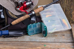 Aparejos de pesca con el bolso y el sombrero Fotografía de archivo