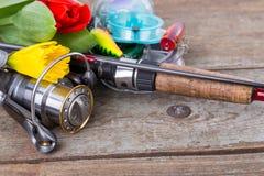 Aparejos de pesca con las flores de la primavera Foto de archivo libre de regalías