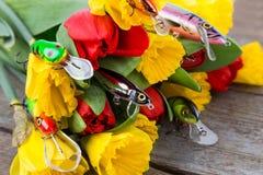 Aparejos de pesca con las flores de la primavera del ramo Fotos de archivo