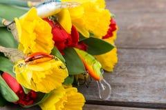 Aparejos de pesca con las flores de la primavera del ramo Imagenes de archivo