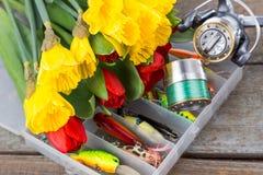 Aparejos de pesca con las flores de la primavera del ramo Foto de archivo