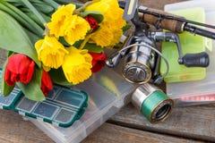Aparejos de pesca con las flores de la primavera del ramo Imágenes de archivo libres de regalías