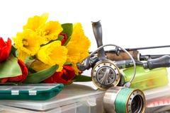 Aparejos de pesca con las flores de la primavera del ramo Fotografía de archivo libre de regalías
