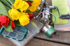 Aparejos de pesca con las flores de la primavera del ramo Fotos de archivo libres de regalías