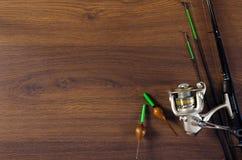 Aparejos de pesca en el fondo de madera fotografía de archivo libre de regalías
