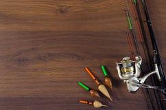 Aparejos de pesca en el fondo de madera Imagen de archivo libre de regalías