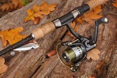 Aparejos de pesca en superficie de madera. Fotos de archivo