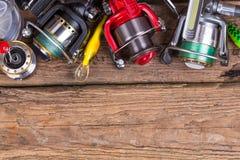 Aparejos de pesca en tablero de la madera Fotografía de archivo