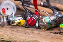 Aparejos de pesca en tablero de la madera Foto de archivo libre de regalías