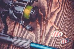 Aparejos de pesca en una tabla de madera Fotos de archivo libres de regalías