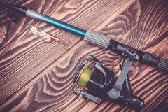 Aparejos de pesca en una tabla de madera Foto de archivo libre de regalías