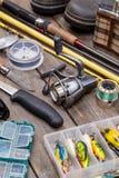 Aparejos de pesca para el viaje en los tableros de madera Foto de archivo