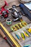 Aparejos de pesca para el viaje en los tableros de madera Imagen de archivo