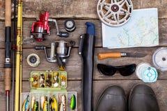 Aparejos de pesca para el viaje en los tableros de madera Fotografía de archivo