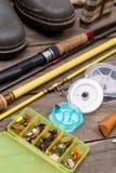 Aparejos de pesca para el viaje en los tableros de madera Fotos de archivo