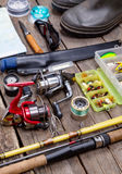 Aparejos de pesca para el viaje en los tableros de madera Imagen de archivo libre de regalías